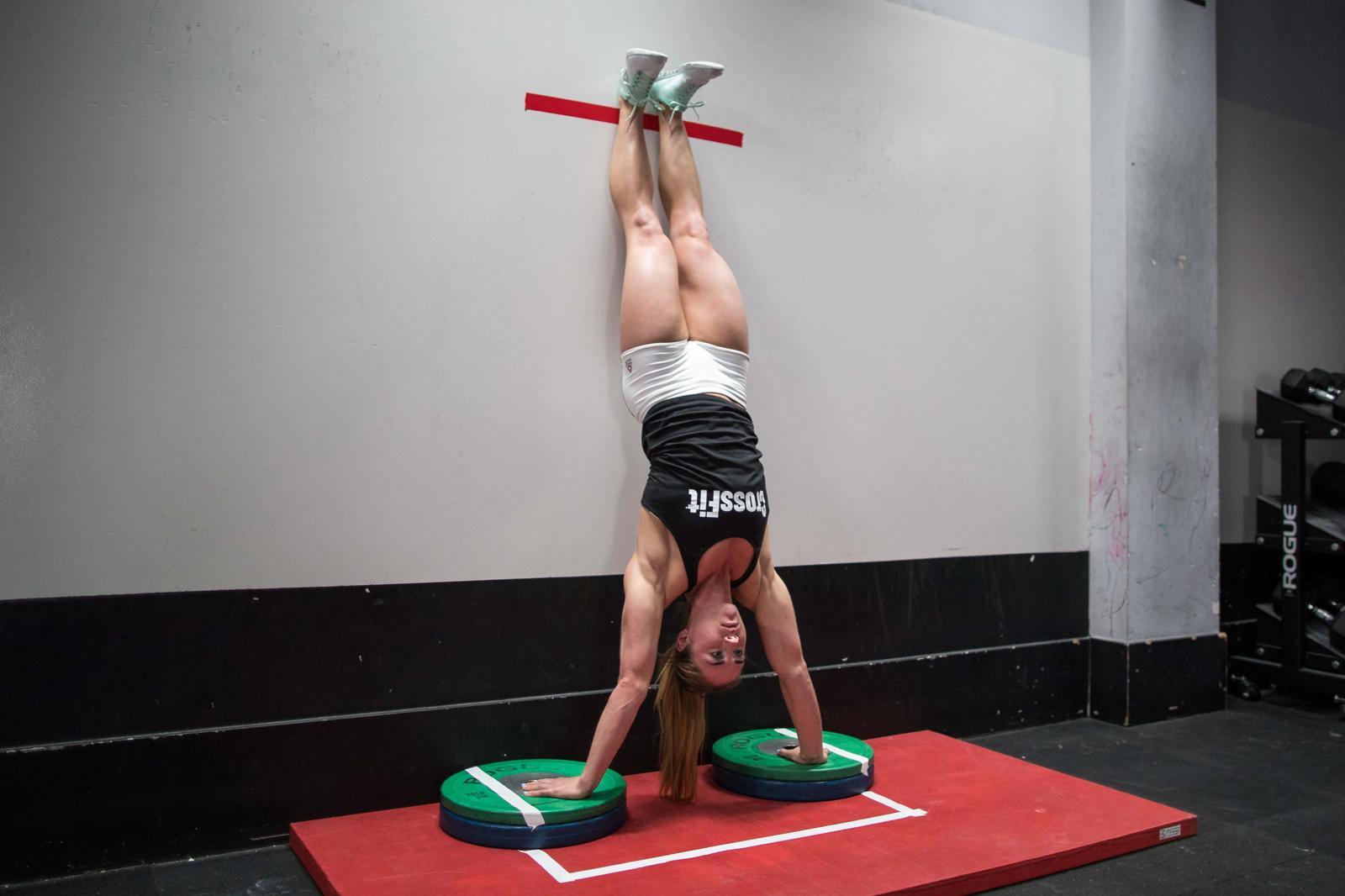 Resultado de imagen de handstand push up