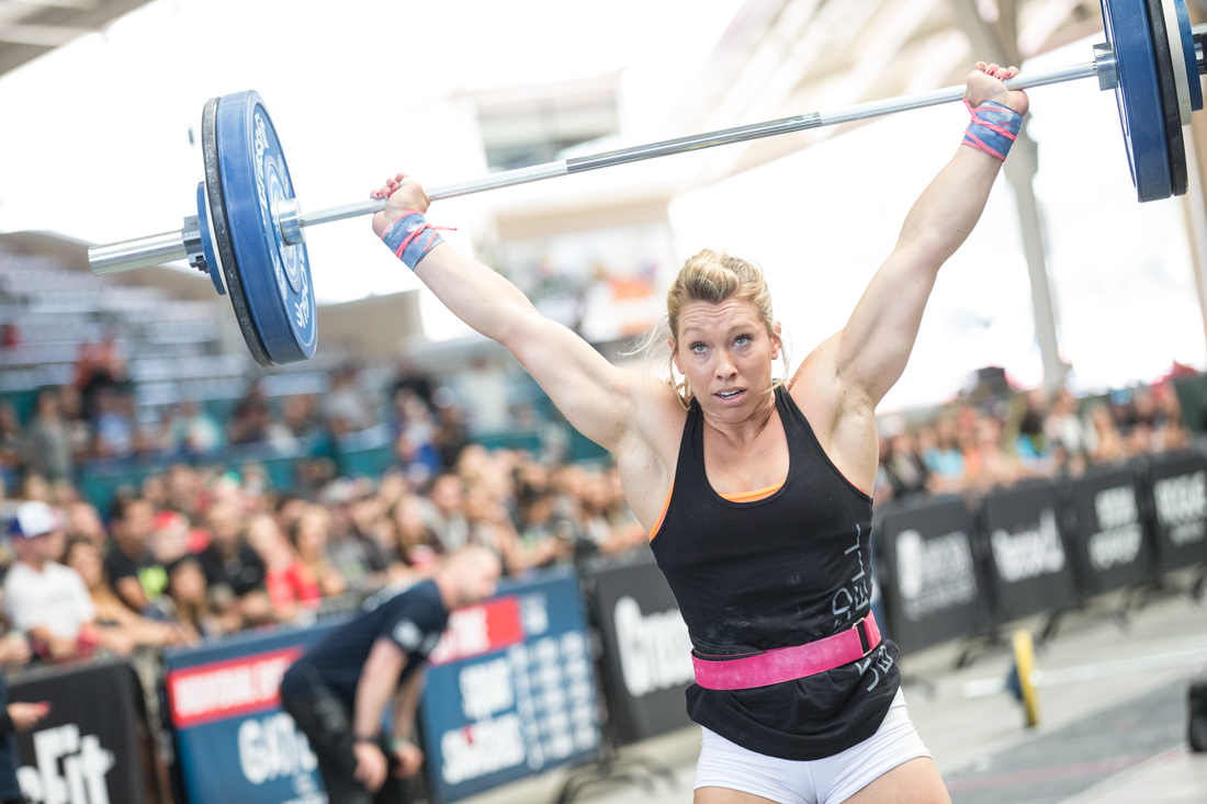 Colleen Fotsch hold barbell overhead.